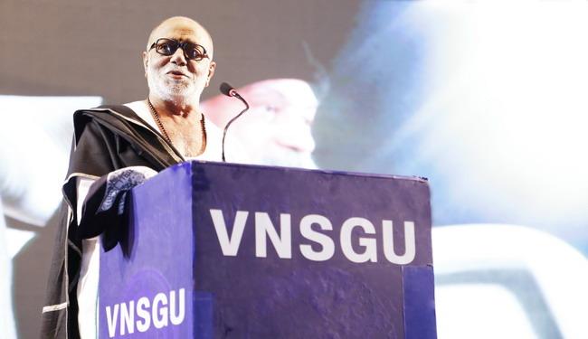 वीर नर्मद साउथ गुजरात विष्वविद्यालय में ओशो चेयर (ओशो पीठ) स्थापना-समारोह में महान कथाकार श्री मोरारी बापु द्वारा उद्घाटन